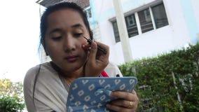 Het Thaise de eyelinerpotlood van het vrouwengebruik maakt omhoog stock video