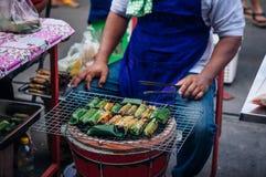 Het Thaise dessert van de de grill kleverige rijst van de stijlhoutskool in banaanblad bij royalty-vrije stock fotografie