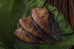Het Thaise die droge voedsel zoutte juffervissen met de decoratie van de verloflotusbloem op houten achtergrond worden gebraden Royalty-vrije Stock Afbeelding