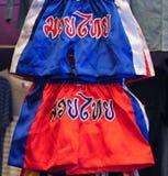 Het Thaise in dozen doen hijgt de mens, die de Thaise tekst op broek normaal vraag het Thaise in dozen doen of Mauy Thai is en he Stock Foto