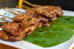 Het Thaise geroosterde varkensvlees met houten stok was gekookt en klaar te eten royalty-vrije stock fotografie