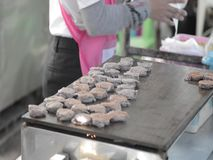 Het Thaise kokosnotenpannekoek koken stock videobeelden