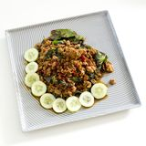Het Thaise kruidige vlees van het voedselbasilicum braadde recept (Krapao Mooi) op vierkant Royalty-vrije Stock Foto's