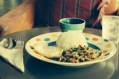 Het Thaise kruidige voedsel, beweegt gebraden kippenwhit basilicum Stock Afbeeldingen