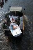 Het Thaise leger helpt de mensen, de Overstroming van Bangkok Stock Foto