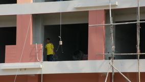 Het Thaise mensenarbeider werken bouwt de commerciële bouw in bouwwerf stock videobeelden