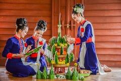 Het Thaise noordoostelijke de rijst aanbieden en slinger van Phutai traditionele Stock Afbeeldingen