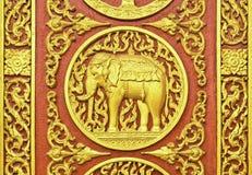 Het Thaise patroon beeldhouwt door hout stock fotografie