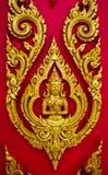 Het Thaise schilderen gesneden op de deur van een kerk In Thaise Boeddhistische te royalty-vrije stock afbeeldingen