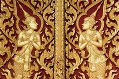 Het Thaise stijl gouden deva snijden op hout Royalty-vrije Stock Foto's