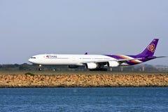 Het Thaise straal opstijgen van de Luchtbus van Luchtroutes A340 royalty-vrije stock foto's
