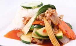 Het Thaise voedsel, beweegt gebraden zoete Spaanse peperssaus met rijst. stock afbeeldingen