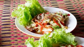 Het Thaise voedsel wordt genoemd papajasalade met kruidig, zoet stock foto's