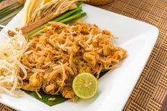 Het Thaise voedselstootkussen Thai, beweegt gebraden gerechtnoedels met garnalen & x28; chinese& x29; , adju Stock Foto's