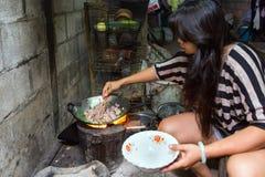 Het Thaise vrouw traditioneel voorbereidingen treffen royalty-vrije stock afbeelding