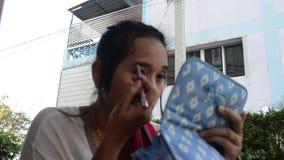 Het Thaise wenkbrauwpotlood van het vrouwengebruik maakt omhoog stock video