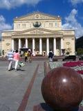 Het theater van Bolshoi in Moskou De mensen lopen op Theatervierkant Royalty-vrije Stock Foto