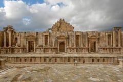 Het theater van de oude stad van Gerasa na een onweer stock afbeeldingen