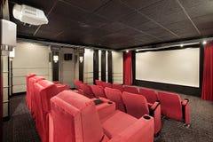 Het theater van het huis met rode stoelen Stock Afbeeldingen