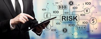 Het thema van het Cryptocurrencyico risico met zakenman stock foto