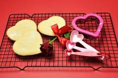 Het thema van de liefde, het bakken de zandkoekkoekjes van de hartvorm. Stock Foto's