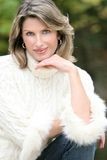 Het Thema van de winter - Schitterende Vrouw in Witte Sweater Stock Foto's