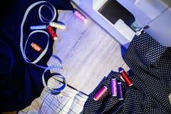 Het thema van handwerk, het naaien, kleermakerij, naaimachine Stock Fotografie