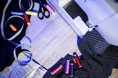 Het thema van handwerk, het naaien, kleermakerij, naaimachine Stock Foto