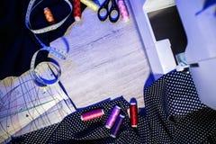 Het thema van handwerk, het naaien, kleermakerij, naaimachine Stock Afbeelding