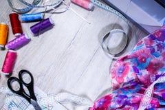 Het thema van handwerk, het naaien, kleermakerij, naaimachine Stock Foto's