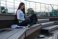 Het thuiswerk van de studentenstudie openlucht Stock Foto's