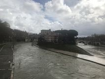 Het Tiber-eiland tijdens het bewolkte, regenachtige weer royalty-vrije stock afbeelding