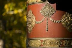 Het Tibetaanse Gebedwiel en geel doorbladert Royalty-vrije Stock Foto's