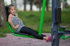 Het tien-jaar-oude meisje is bezig geweest met sportuitrusting royalty-vrije stock foto