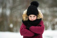 Het tien-jaar-oude meisje geniet van openlucht in de winter stock afbeeldingen
