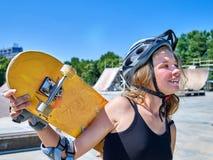 Het tienermeisje berijdt zijn skateboard Stock Afbeeldingen