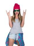 Het tienermeisje in denimborrels en een grijze die T-shirt en een roze breien hoed, bij het overhemd van de heupenplaid wordt geb Royalty-vrije Stock Afbeeldingen