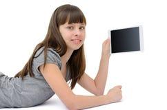 Het tienermeisje gebruikt een gadget, op witte achtergrond wordt geïsoleerd die Royalty-vrije Stock Afbeeldingen