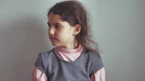 Het tienermeisje geen het schudden haar hoofdgebaar is geen ontkenning, emotie stock video