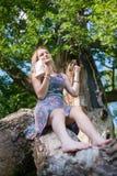 Het tienermeisje leest een boek royalty-vrije stock foto