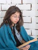 Het tienermeisje leest het boek Stock Foto