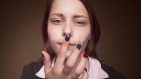 Het tienermeisje onderzoekt camera als spiegel en het smeren room4k UHD slowmo stock video