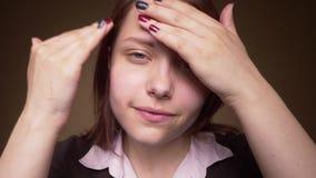 Het tienermeisje onderzoekt camera als spiegel en het smeren room4k UHD slowmo stock footage
