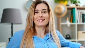 Het tienermeisje toont emoties van seriosgezicht om thuis te lachen Sluit omhoog portret binnen Mooie jonge smilling vrouw stock footage