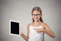 Het tienermeisje toont tablet met touchscreen vertoning Stock Fotografie