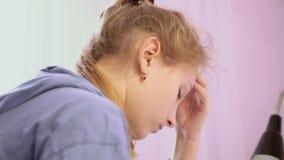 Het tienermeisje typt een bericht op smartphone stock videobeelden