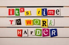 Het is tijd om harder motievendiecitaat met de brievenknipsels van het kleurentijdschrift wordt geschreven aan houten raad te wer Stock Foto