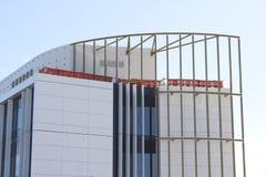 Het tijdelijke schermen boven op de nieuwe bouw Stock Foto's