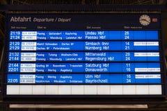 Het tijdschema van het treinvertrek in Munchen Hauptbahnhof (Centrale post) stock foto