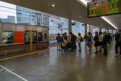 Het tijdschema van het treinprogramma bij de bovenkant van het beeld toont precisie en nauwkeurige timing van treinvertrek royalty-vrije stock foto's
